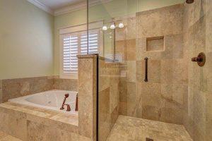 Stenske in keramične ploščice omogočajo oblikovanje posebnih učinkov v sodobnih kopalnicah