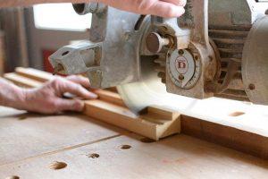 Krožna žaga bo bolj stabilna in natančna, če je varno nameščena na mizi